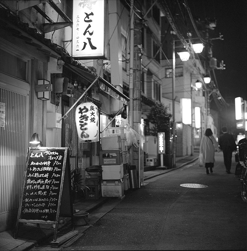 栄通りの奥まったところにあるアットホームな居酒屋とん八|ROLLEIFLEX 2.8F + Kodak TRI-X 400