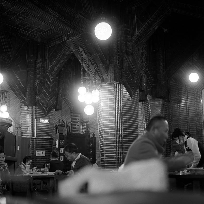 銀座七丁目の銀座ライオンのビールが一番美味い|ROLLEIFLEX 2.8F + Kodak TRI-X 400