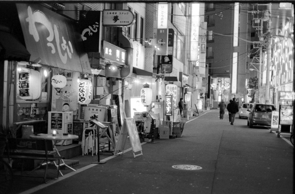 飲み屋街に活気はなく Leica M3 + C Sonnar T* 1.5/50 ZM + Fujifilm Neopan 400 Presto