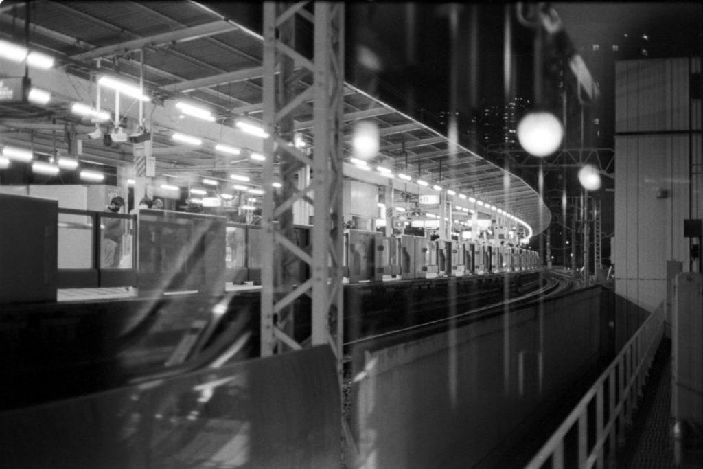 山手線も混雑はなく Leica M3 + C Sonnar T* 1.5/50 ZM + Fujifilm Neopan 400 Presto