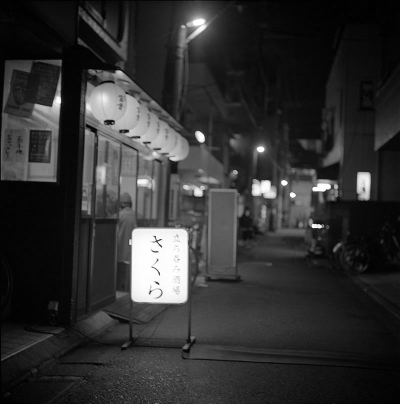 小岩の立ち飲み屋で一杯|ROLLEIFLEX 2.8F + フィルム失念