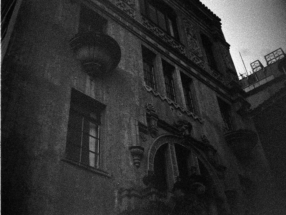 京都の市街地(現像失敗?)|LEICA M5 + SUMMILUX 35mm F1.4 + Kodak TRI-X 400