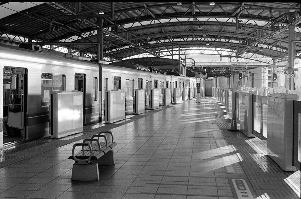 電車風景は必須|Leica M3 + C Sonnar T* 1.5/50 ZM + FKodak TRI-X 400