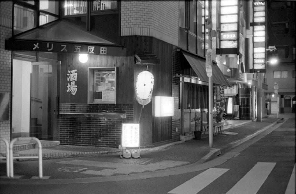 あっという間に「大衆酒場BEETLE 五反田」に到着 Leica M3 + C Sonnar T* 1.5/50 ZM + Fujifilm Neopan 400 Presto