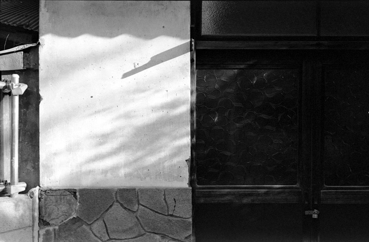 浦安の数少ない銭湯の入り口|Leica M3 + C Sonnar T* 1.5/50 ZM + Fujifilm Neopan 400 Presto