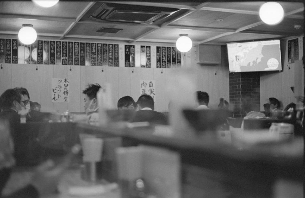 大賑わいの「大衆酒場BEETLE 五反田」 Leica M3 + C Sonnar T* 1.5/50 ZM + Fujifilm Neopan 400 Presto