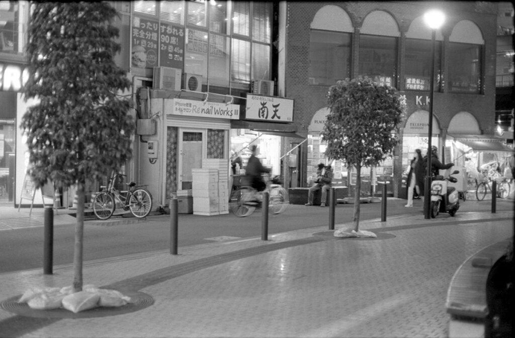 駅前の南天は立ち食いそば界で有名らしい|Leica M3 + C Sonnar T* 1.5/50 ZM + Kodak TRI-X 400
