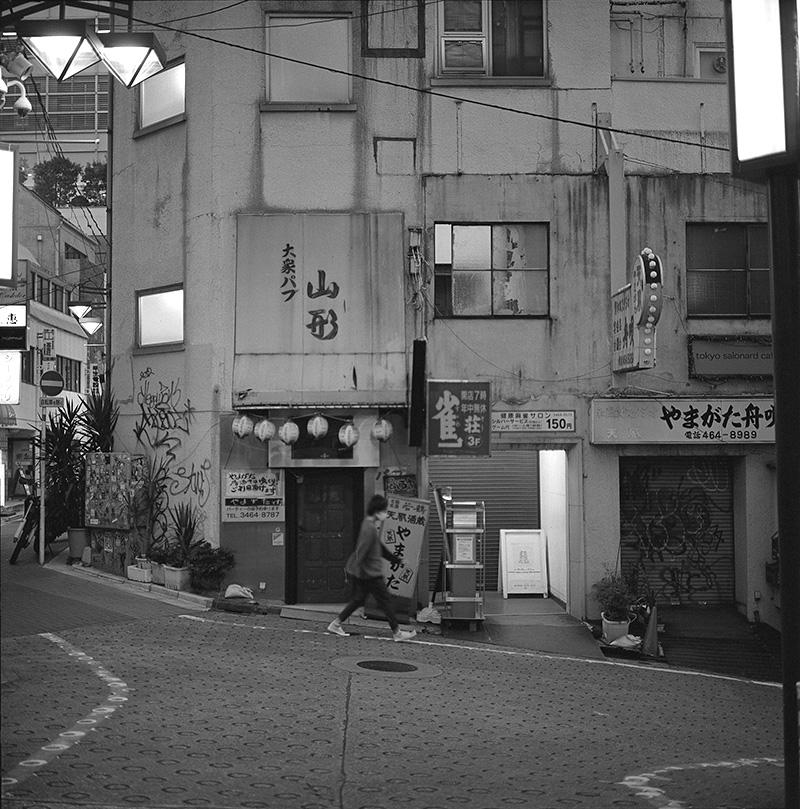 渋谷駅すぐ近くの飲み屋街|ROLLEIFLEX 2.8F + Kodak TRI-X 400