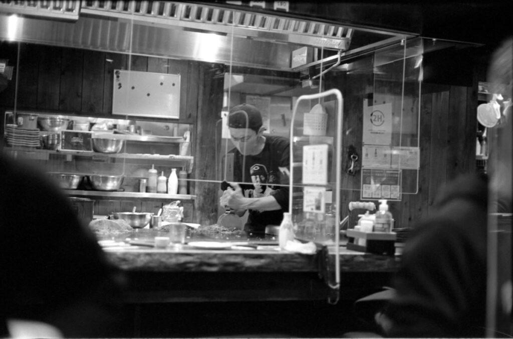 ダイナミックな料理風景|Leica M3 + C Sonnar T* 1.5/50 ZM + FKodak TRI-X 400