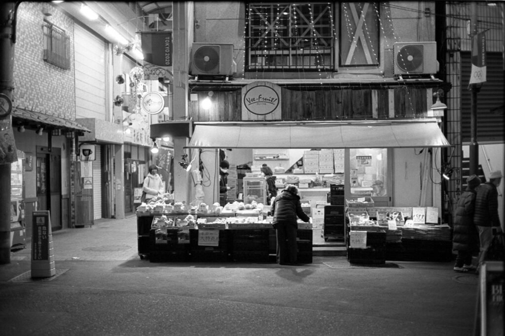 椎名町の商店街|Leica M3 + C Sonnar T* 1.5/50 ZM + Kodak TRI-X 400