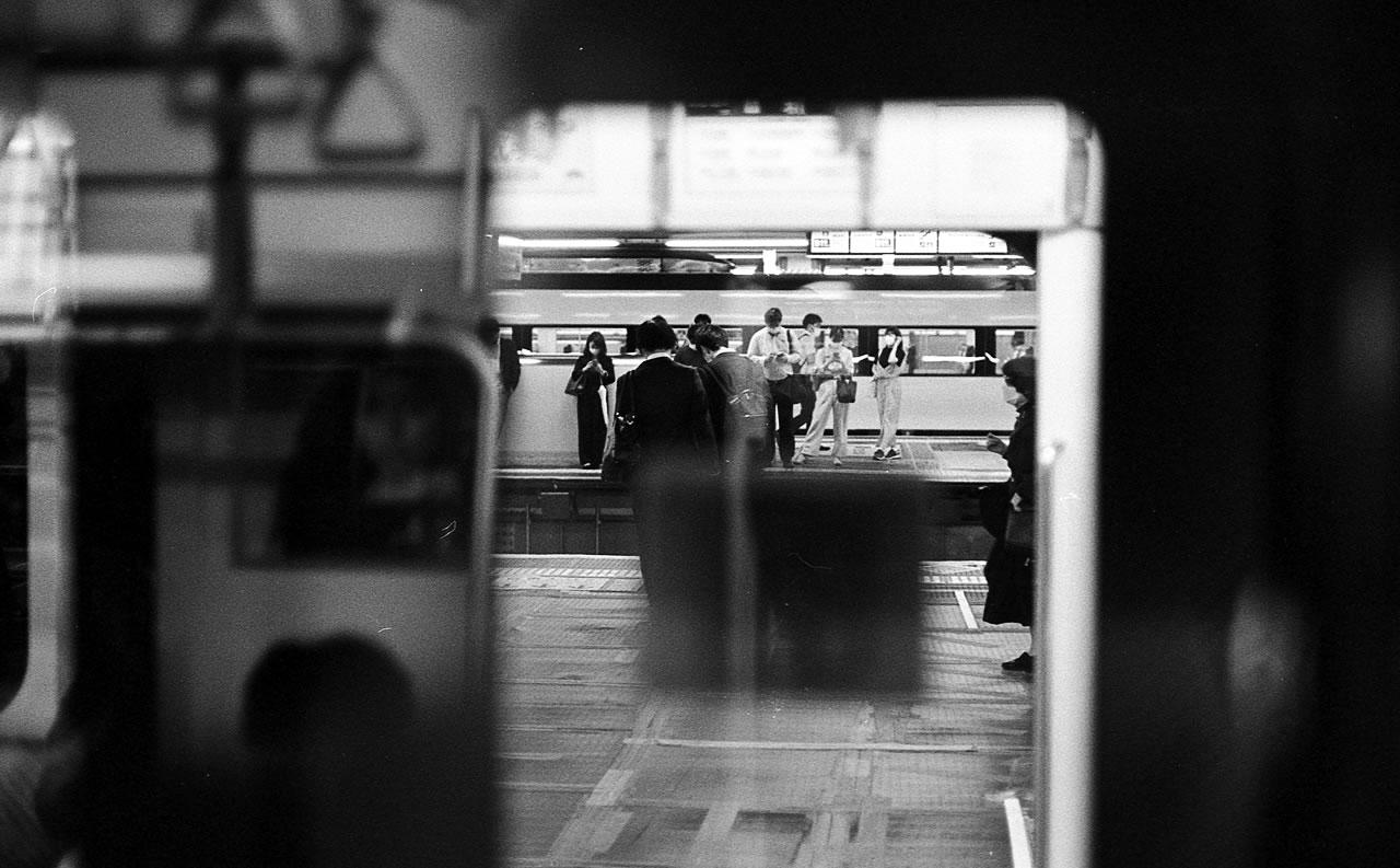 通勤にそれぞれの思いを Leica M3 + C Sonnar T* 1.5/50 ZM + KODAK PROFESSIONAL TRI-X
