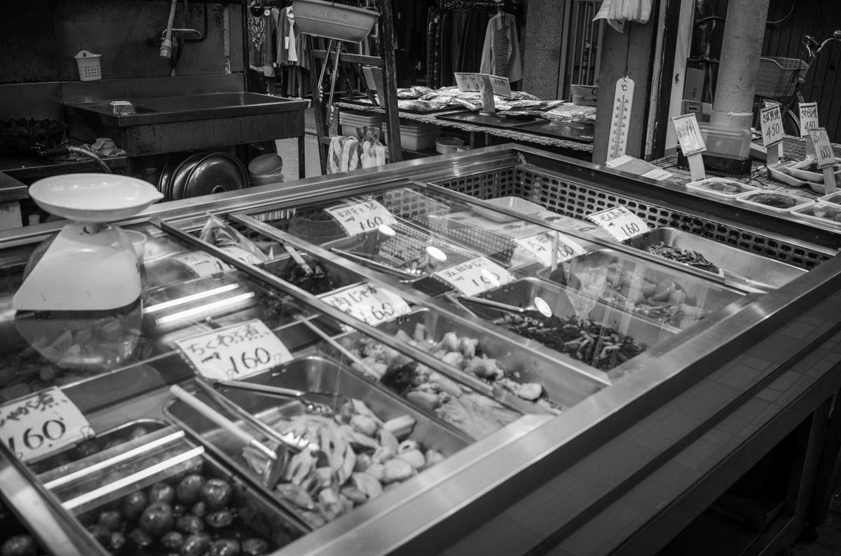色とりどりのお惣菜|Leica M10 Monochrom + Summilux 35mm f1.4