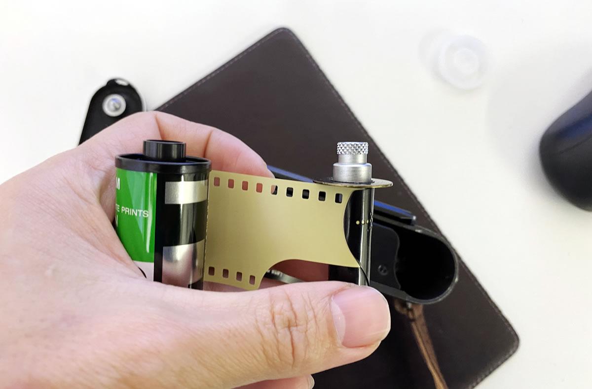 Leica M3のフィルム装填方法② スプールにフィルムの先端を差し込む