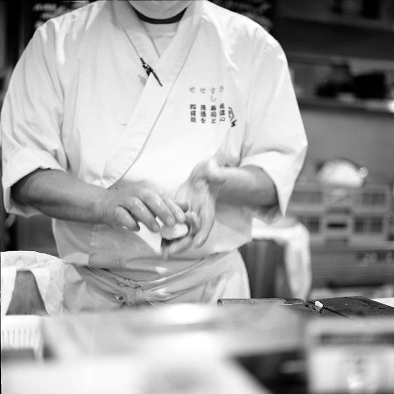 寿司バル・弁慶は立ち食い寿司とは思えないクオリティ|ROLLEIFLEX 2.8F + Kodak TRI-X 400