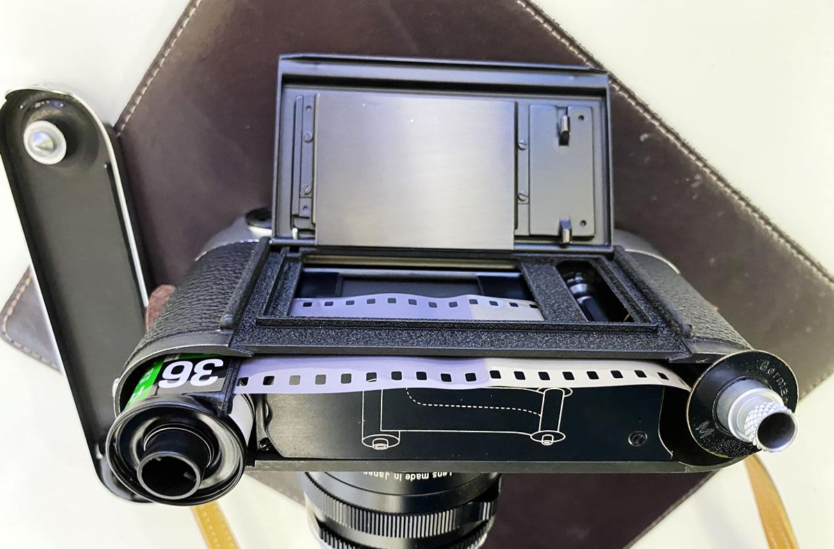 Leica M3のフィルム装填方法③ フィルムとスプールをカメラに差し込む