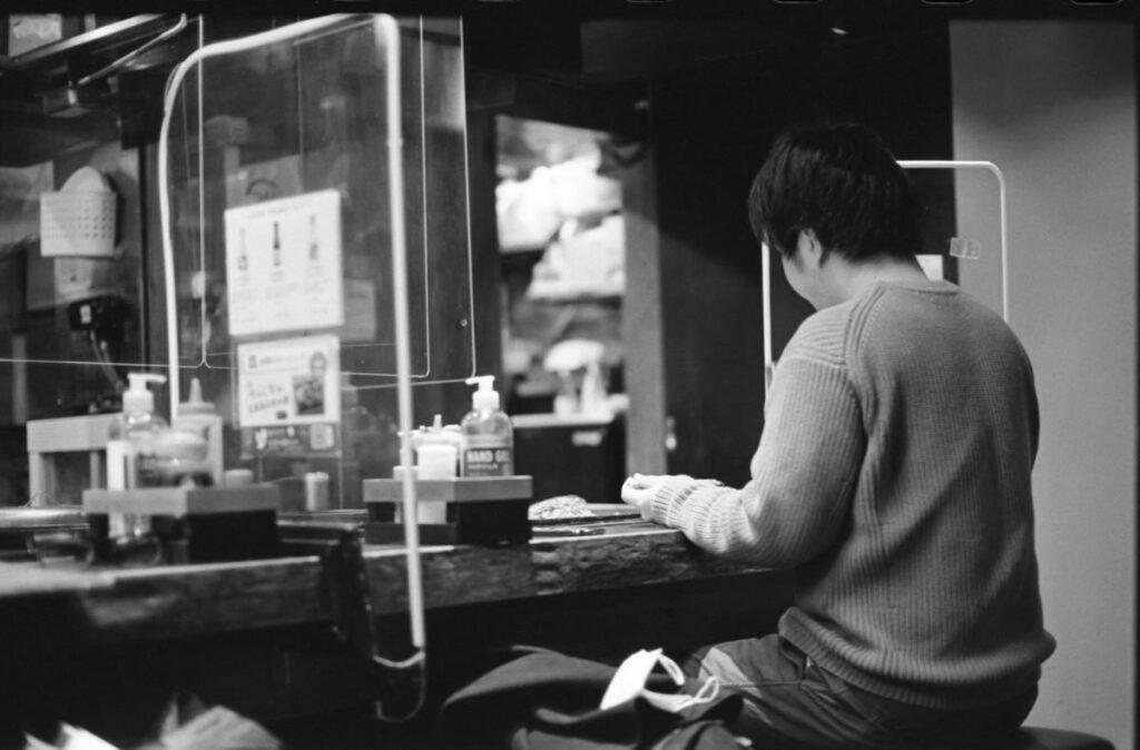 もうすぐお好み焼きを食べられる(;゚д゚)ゴクリ…|Leica M3 + C Sonnar T* 1.5/50 ZM + FKodak TRI-X 400