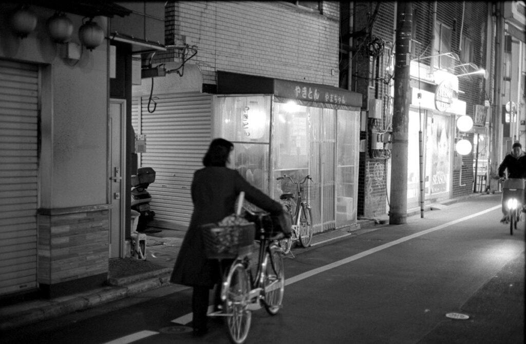 やきとん・やまちゃんに到着|Leica M3 + C Sonnar T* 1.5/50 ZM + Kodak TRI-X 400