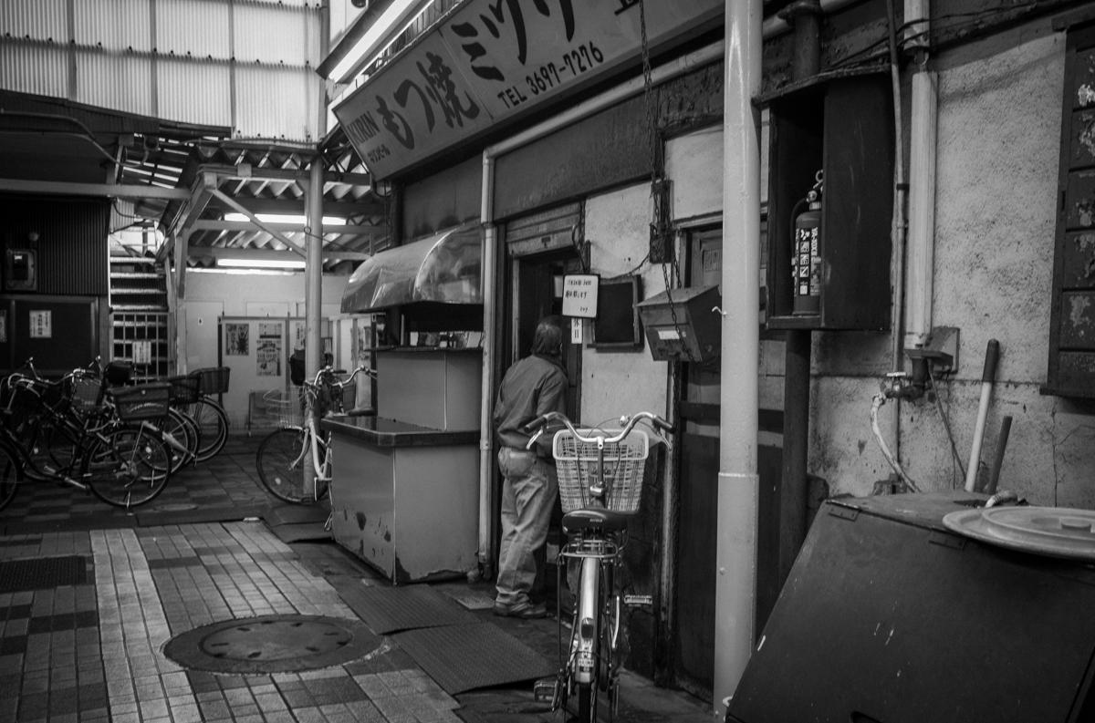 京成立石で飲み屋を探す|Leica M10 Monochrom + Summilux 35mm f1.4