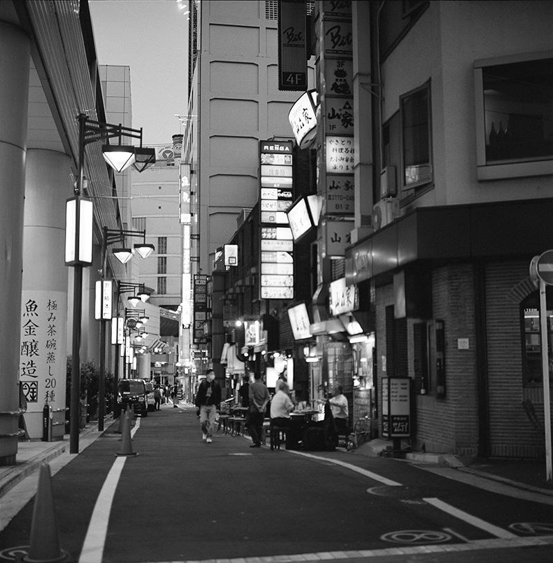 道路で飲むのは気持ちよさそうだが寒そう|ROLLEIFLEX 2.8F + Kodak TRI-X 400