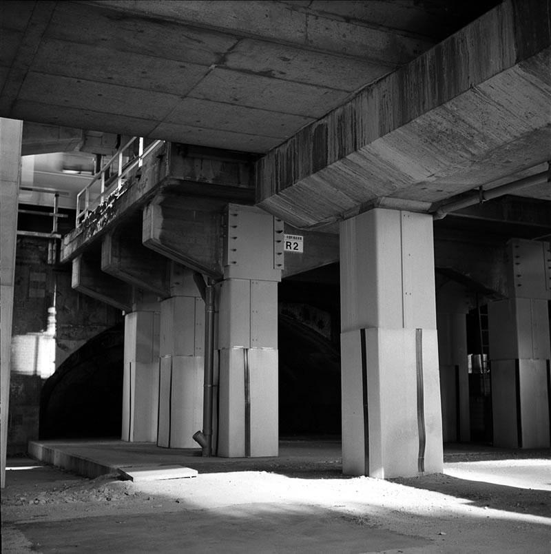 大手町のガード下|ROLLEIFLEX 2.8F + Kodak TRI-X 400
