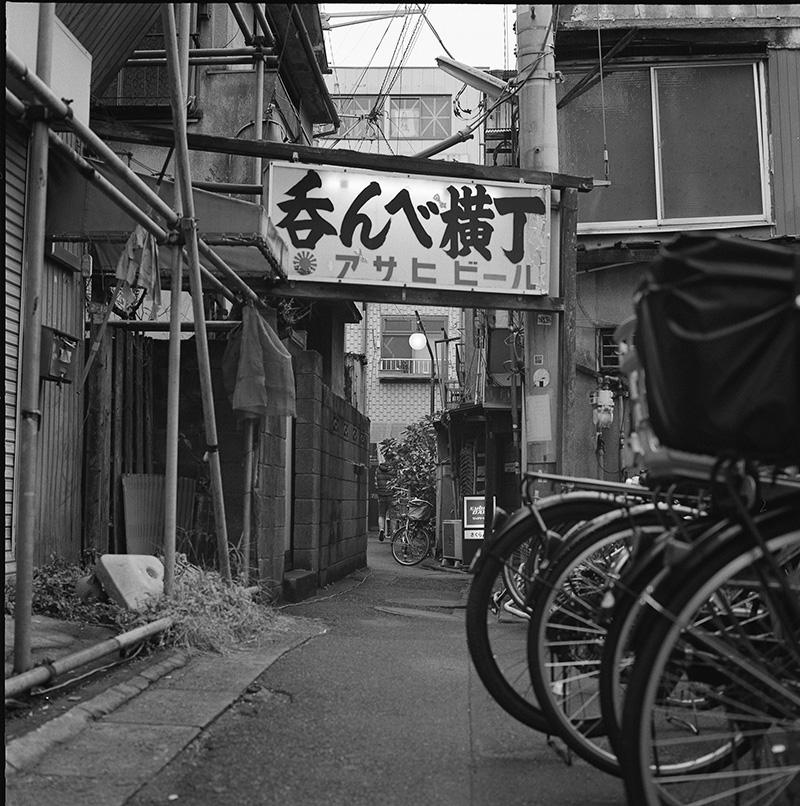 京成立石の有名な吞んべ横丁|ROLLEIFLEX 2.8F + フィルム失念