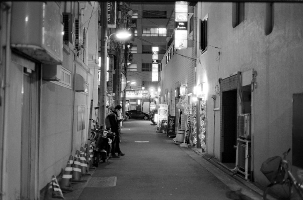 五反田の静かな夜の路地 Leica M3 + C Sonnar T* 1.5/50 ZM + Fujifilm Neopan 400 Presto