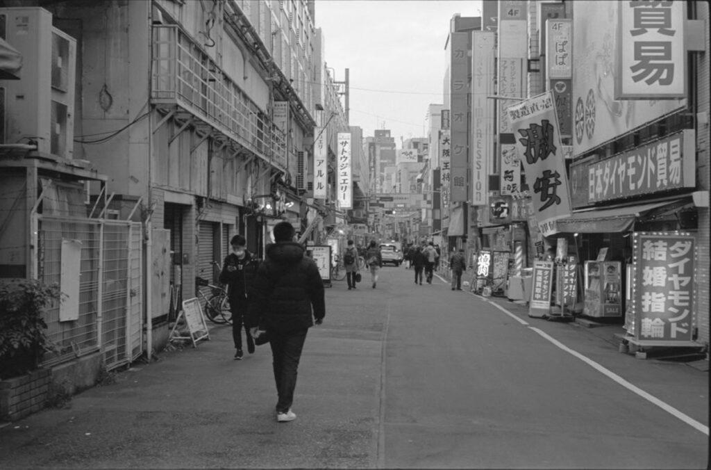 アメ横の裏通りは閑散としている|Leica M3 + C Sonnar T* 1.5/50 ZM + FKodak TRI-X 400