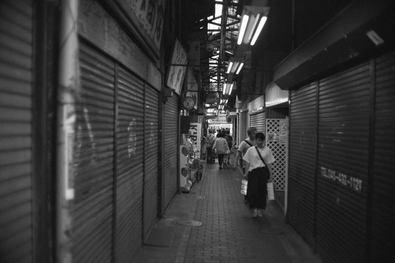 六角橋商店街の狭い路地は吉祥寺のハモニカ横丁みたい