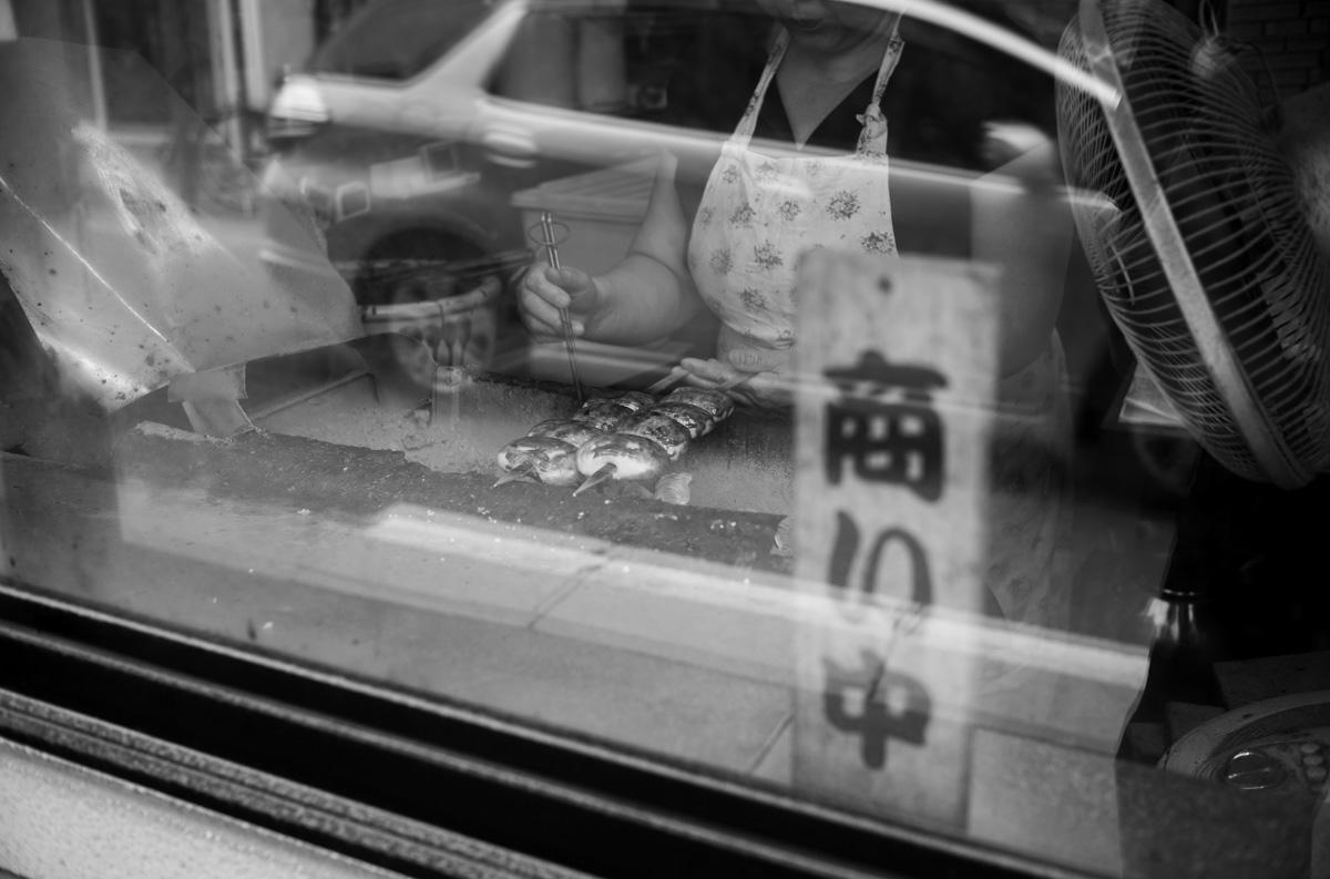 焼きまんじゅうは注文後に焼いてくれる|Leica M10 Monochrome + Summilux 35mm f1.4