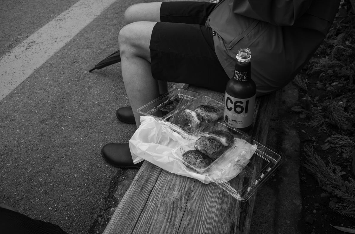 焼きまんじゅうとクラフトビールの組み合わせる|Leica M10 Monochrome + Summilux 35mm f1.4