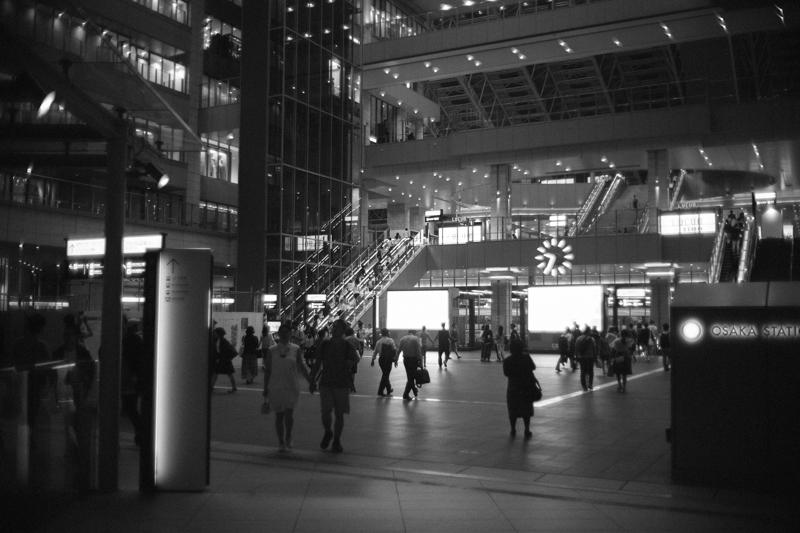 若者がいっぱいの大阪駅と駅ビル群