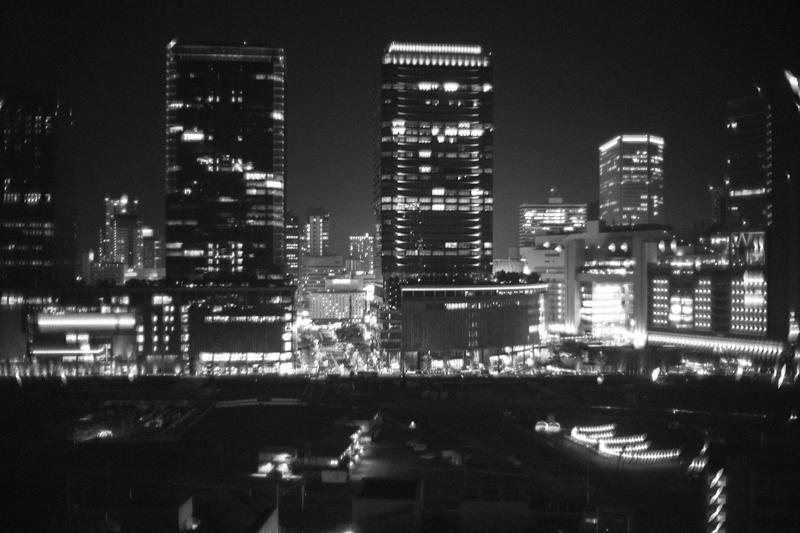 大阪駅を向かい側から望む