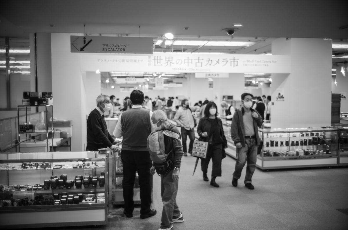 懐かしい酢酸の香りがする世界の中古カメラ市|Leica M10 Monochrome + Summilux 35mm f1.4