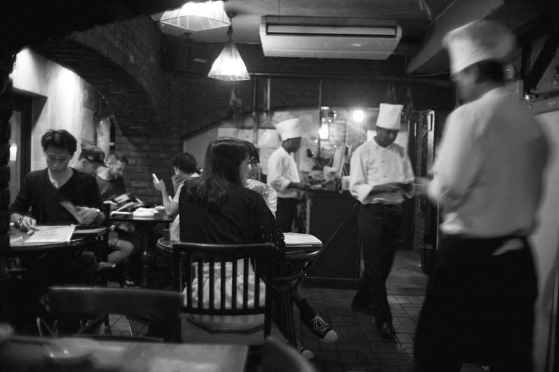 賑やかなひつじやの店内(Leica M10)