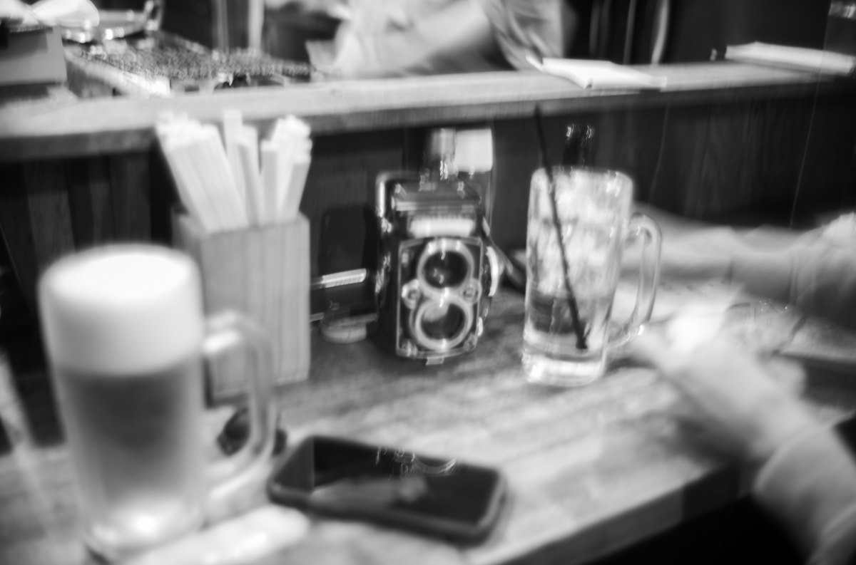 片手にビール、もう片方にローライを|Leica M10 Monochrome + Summilux 35mm f1.4