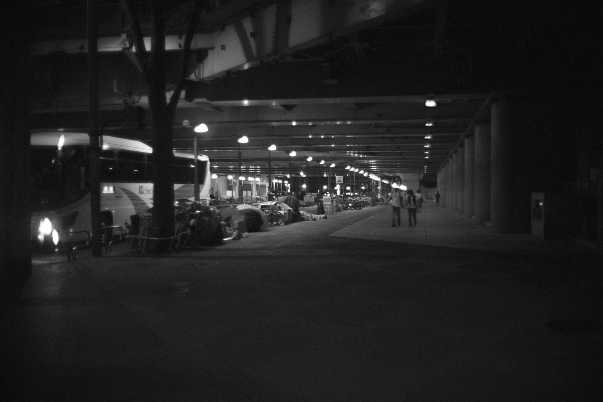 西新宿の高層ビル街を抜ける|Leica M10 + Canon 35mm F1.5