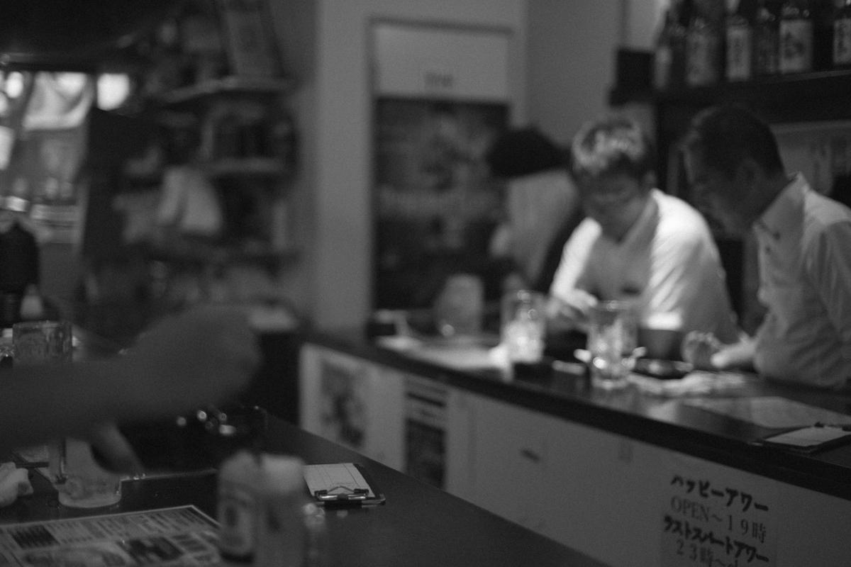 由緒正しい立ち飲み屋の炎天下|Leica M10 + C Sonnar T* 1.5/50 ZM