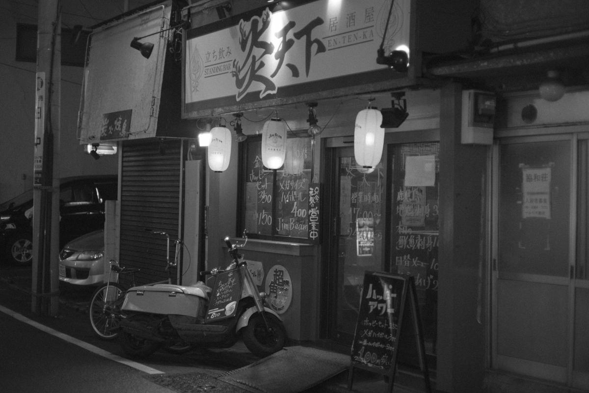 高田馬場の立ち飲み・炎天下|Leica M10 + C Sonnar T* 1.5/50 ZM