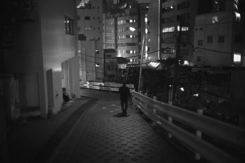 歩きスマホのオジサン|Leica M10 + Canon 35mm F1.5