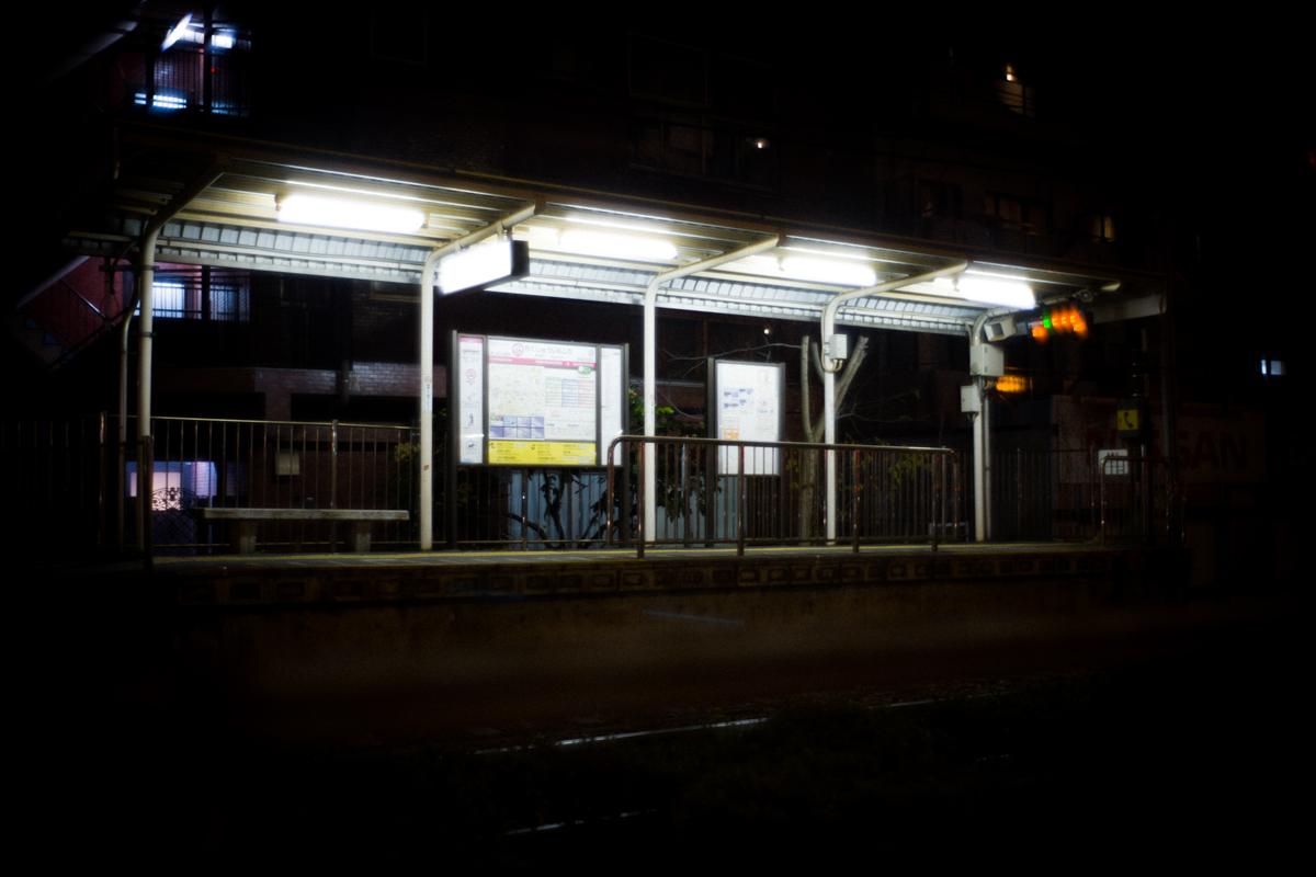 闇夜に佇むさくらトラムの駅|Leica M10 + Summilux 35mm F1.4