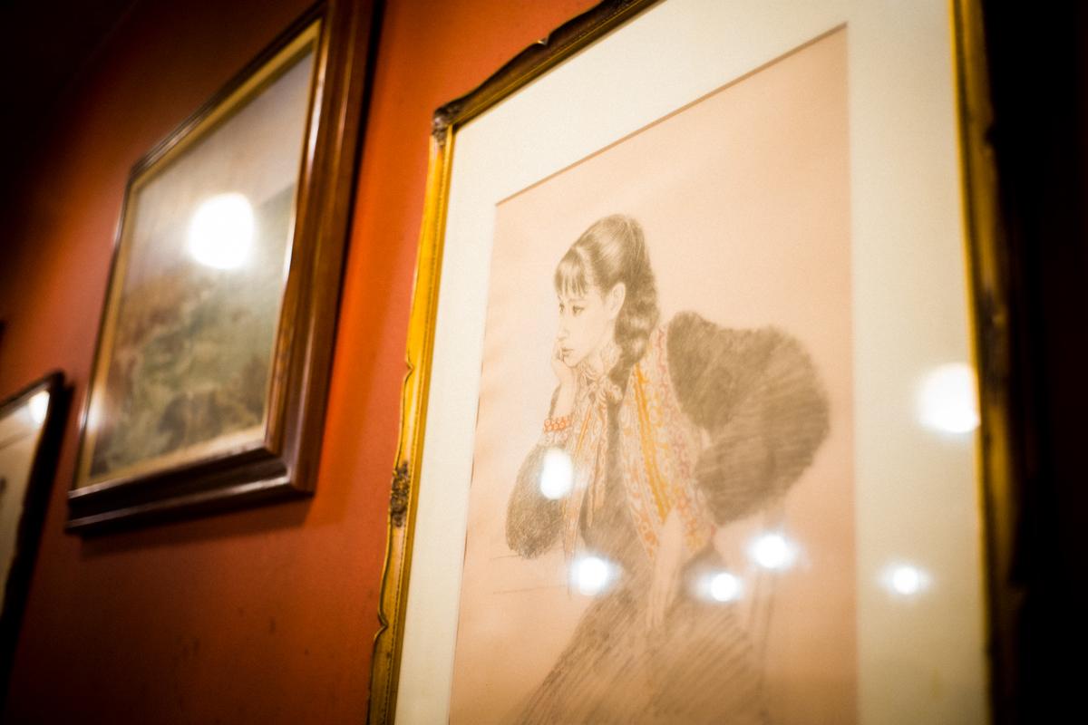 店内には絵画が展示|Leica M10 + Summilux 35mm f1.4