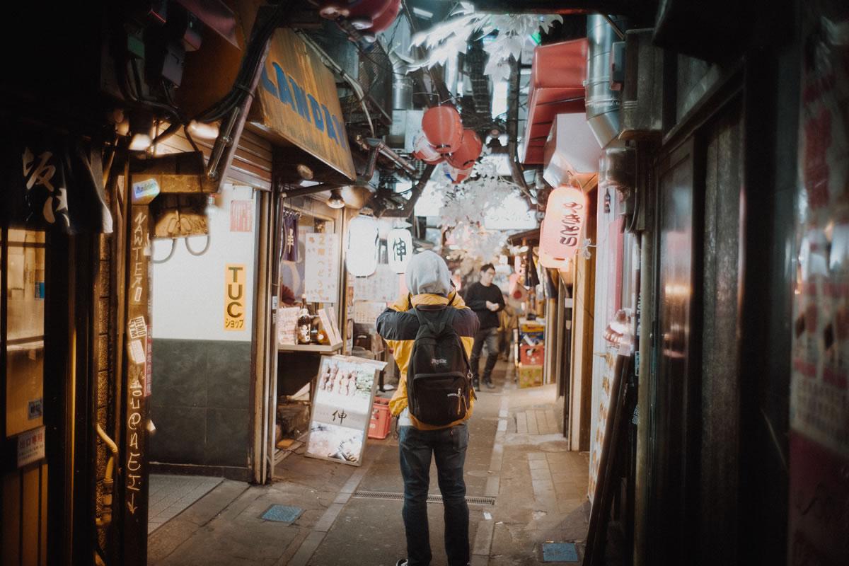 多くの観光客が行き交う新宿思い出横丁、撮影スポットでもある|Leica M10 + Summilux 35mm f1.4