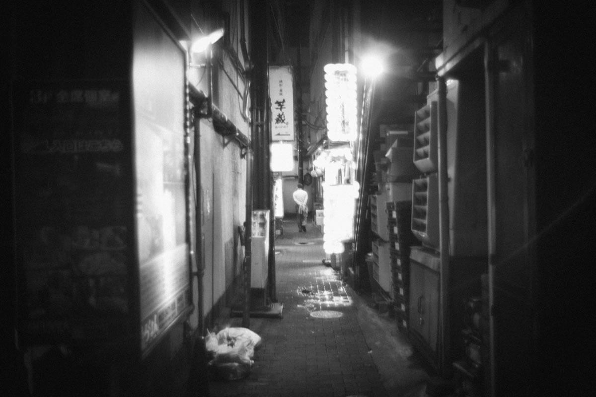 路地の奥へ消えていく人|Leica M10 + Summilux 35mm f1.4