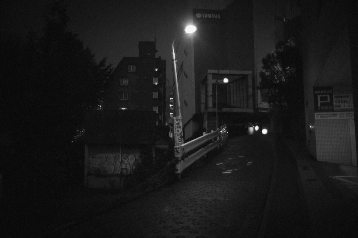 街路灯だけが明るい桜丘町|Leica M10 + Summilux 35mm f1.4