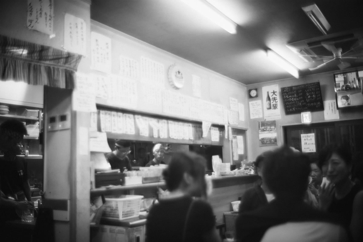 たまたま入ったもつ焼き屋が大人気|Leica M10 + Summilux 35mm f1.4