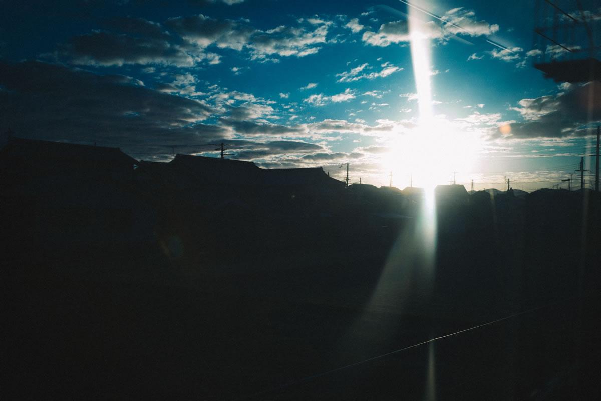 山の向こうに日が沈む|Leica M10 + Summilux 35mm f1.4