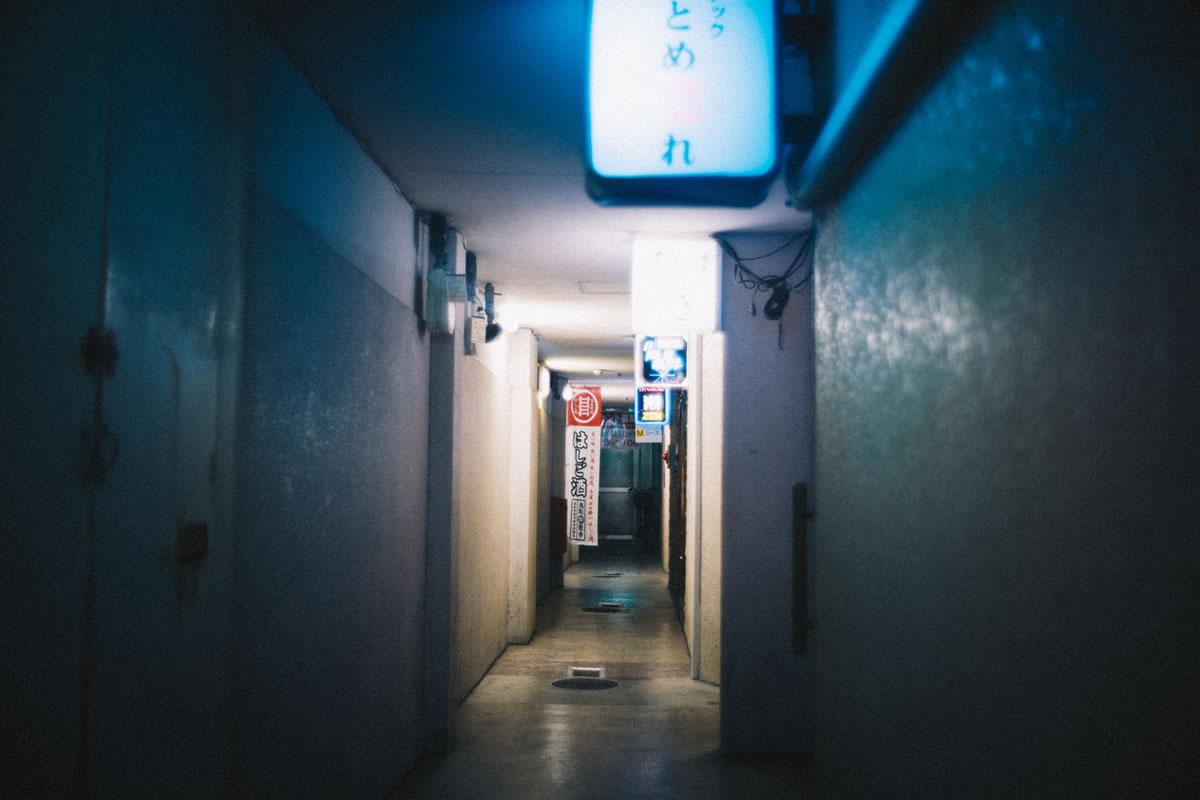 建物の奥にも小さなスナックが|Leica M10 + Summilux 35mm f1.4