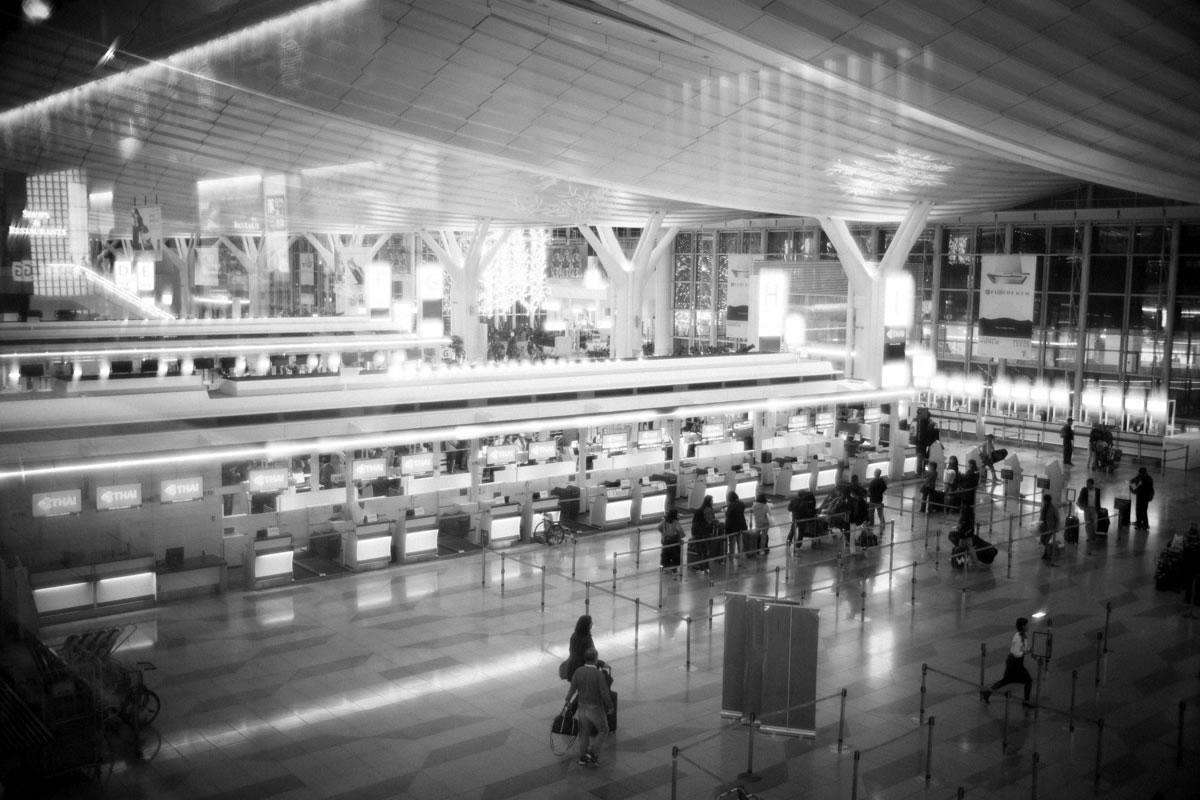 出発客でにぎわう夜の羽田空港|Leica M10 + Summilux 35mm f1.4