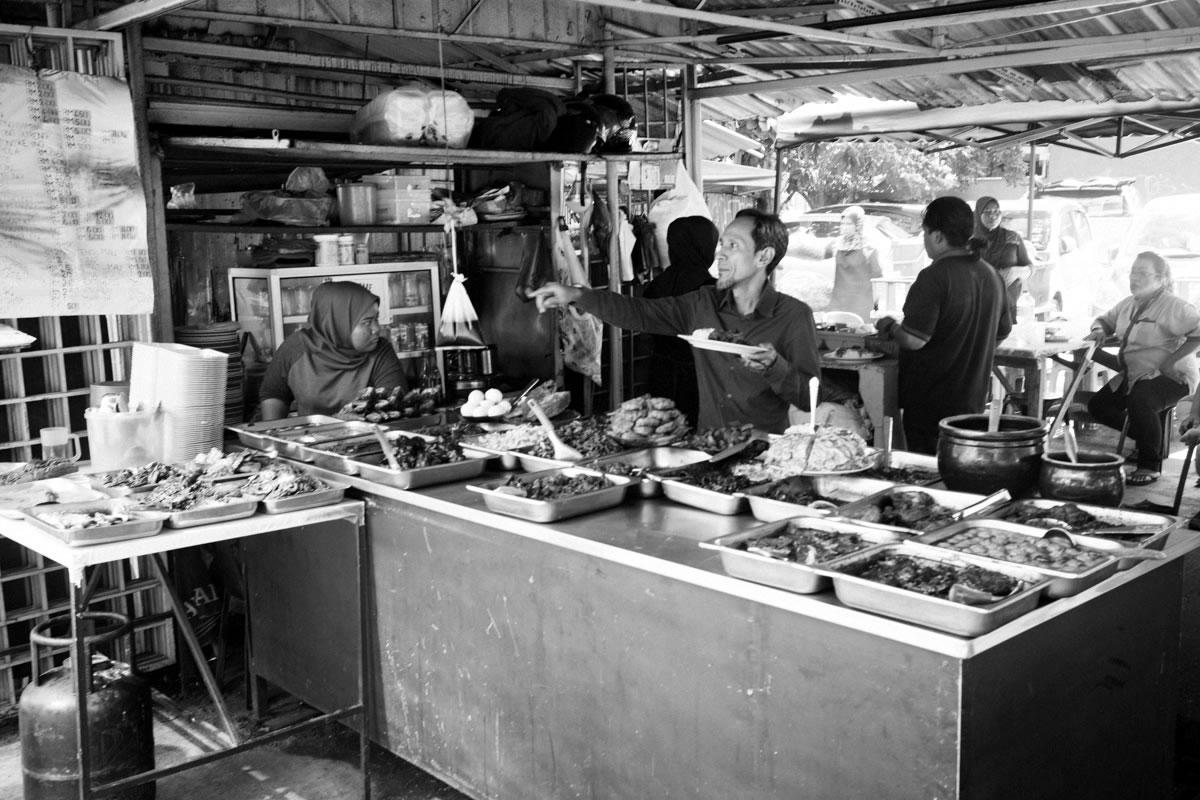 屋台。ここでは魚の丸揚げが食べられた|Leica M10 + Summilux 35mm f1.4