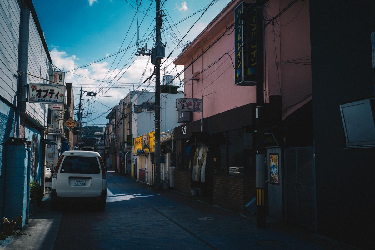 名護の繁華街、猫の香りがするぞ!|Leica M10 + Summilux 35mm f1.4